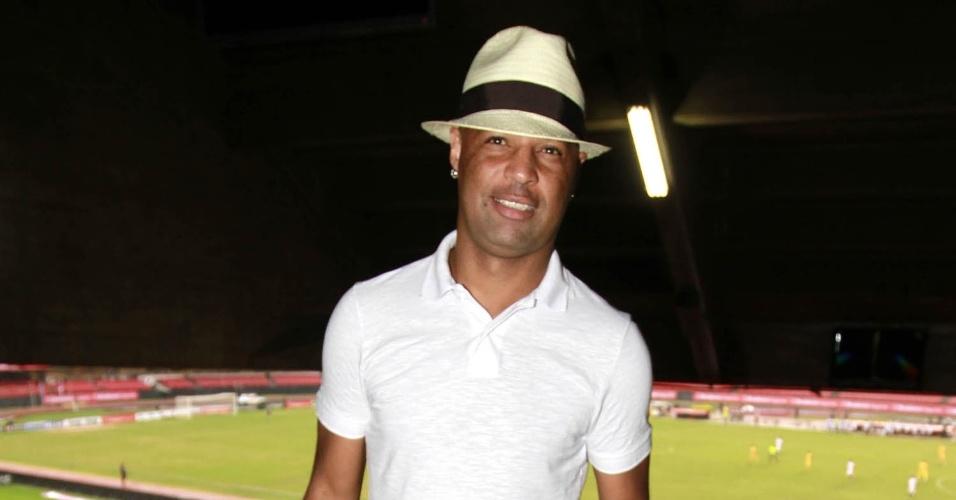 27.Dez.2012 - O ex-jogador Dinei assiste à partida de futebol beneficente organizada pelo ex-jogador Zico no Estádio do Morumbi, em São Paulo