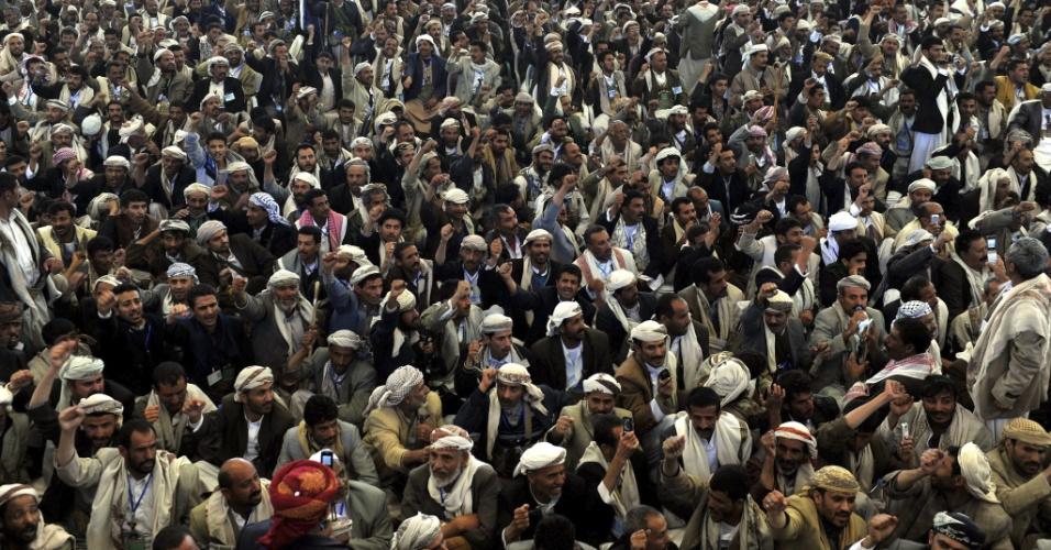 27.dez.2012 - Simpatizantes da milícia rebelde xiita Houthi gritam palavras de ordem contra os Estados Unidos e Israel, durante manifestação em Saada, ao norte do Iêmen