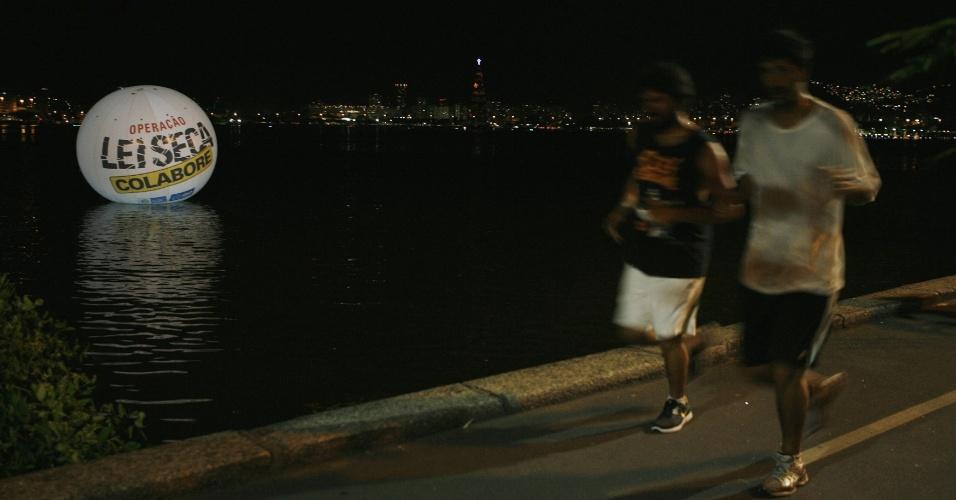 27.dez.2012 - Um balão foi instalado na lagoa Rodrigo de Freitas, no Rio de Janeiro, como parte de uma campanha de combate ao consumo excessivo de bebidas alcoólicas durante as festas de fim de ano