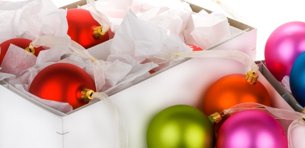 Bolas de natalinas devem ser guardadas em caixas com divisórias para evitar danos e quebras - Getty Images