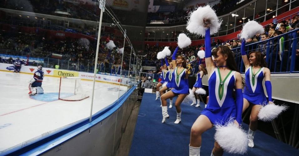 Cheerleaders russas apoiam a seleção de seu país em partida do campeonato mundial de hóquei no gelo da categoria