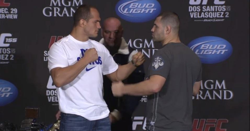Junior Cigano e Cain Velásquez se encaram após a entrevista coletiva oficial do UFC 155