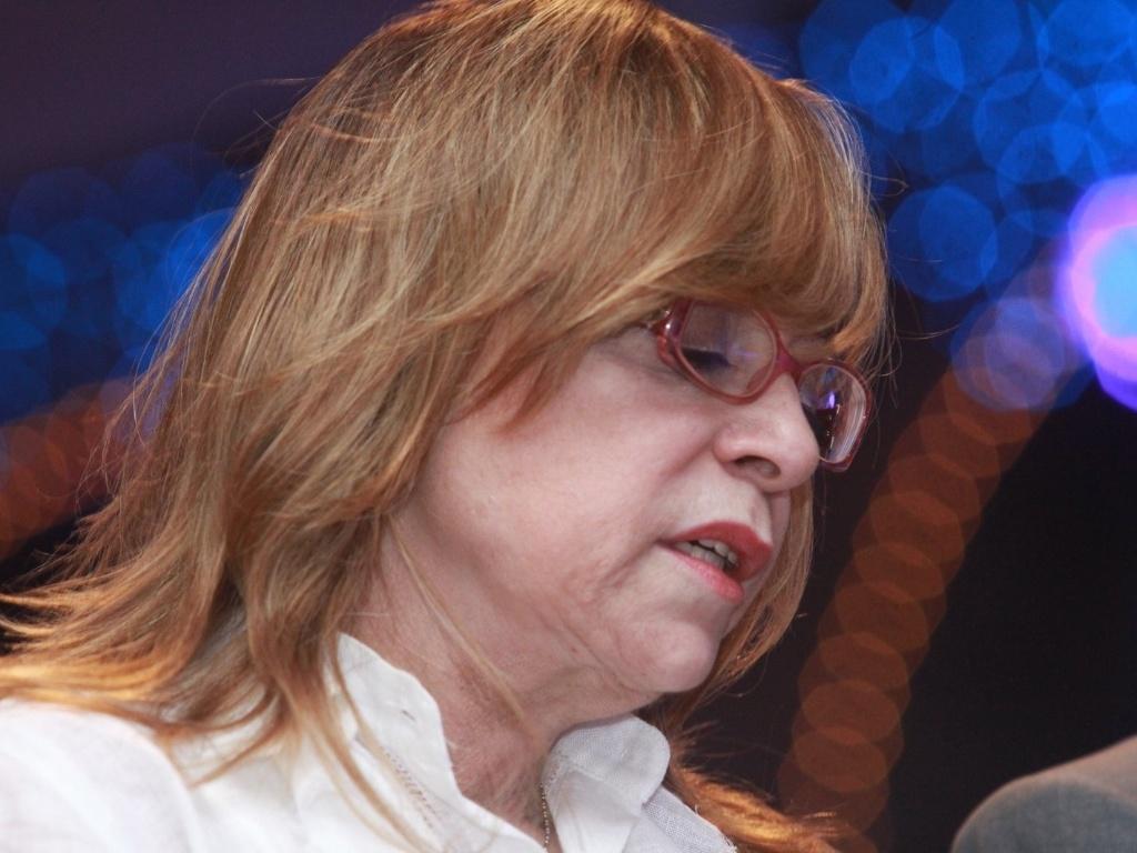 28.Dez.2012 - A autora de novelas Glória Perez comparece à missa em homenagem aos 20 anos da morte de sua filha, Daniella Perez, que foi assassinada por Guilherme de Pádua aos 22 anos