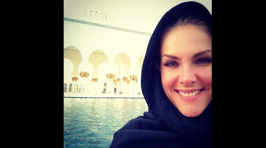 28.dez.2012 - Ana Hickmann visiutou uma mesquita em Abu Dabi, Emirados Árabes. A apresentadora divulgou a imagem por meio de sua página do Twitter