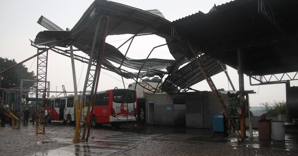 28.dez.2012 - Cinco ônibus foram danificados após passagem de vendaval que destruiu parte da garagem de empresa de transporte público em Campinas (SP). Segundo a assessoria da Transurc, representante das empresas, o vento arrancou a estrutura do galpão, partes das telhas e estruturas metálicas caíram em cima dos ônibus, causando afundamento de tetos, quebrando vidros e janelas dos veículos. Ninguém se feriu