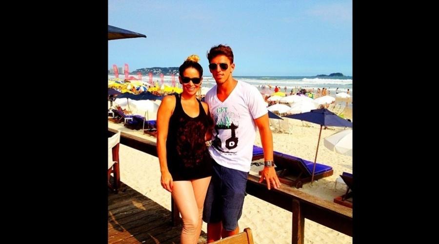 28.dez.2012 - Danielle Winits e o namorado, o jogador Amaury Nunes, estiveram na praia do Guarujá, litoral de São Paulo