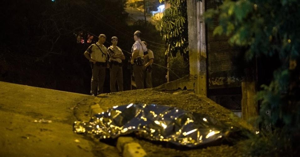 28.dez.2012 - Dois homens foram mortos a tiros na rua dos Navegantes, na Chácara Santa Cecilia, em Itapevi, na Grande São Paulo. Outros três ficaram feridos