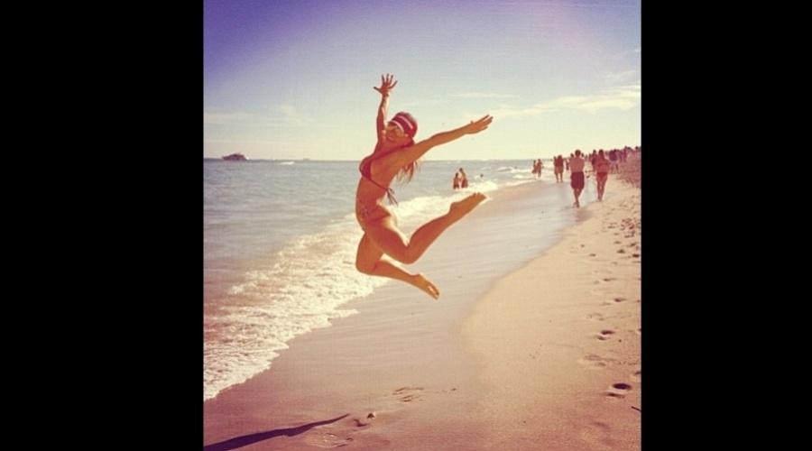 """28.dez.2012 - O stylist Matheus Mazzafera divulgou uma imagem de Sabrina Sato na praia em Miami. """"Minha amiga curtindo todas em Miami"""", ele no microblog"""
