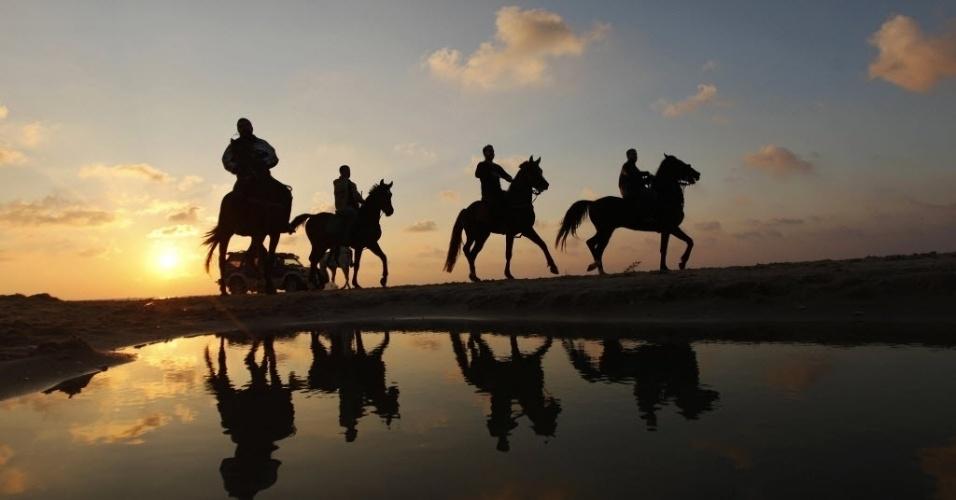 28.dez.2012 - Palestinos cavalgam perto de praia em Gaza, no final da tarde desta sexta-feira (28)