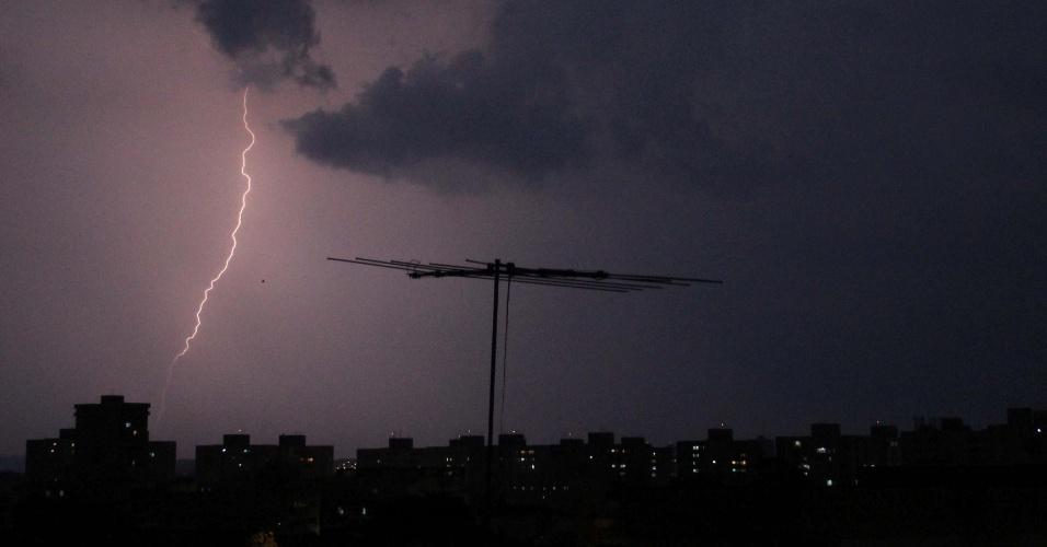 28.dez.2012 - Raios iluminam o centro de Ribeirão Preto, no interior paulista