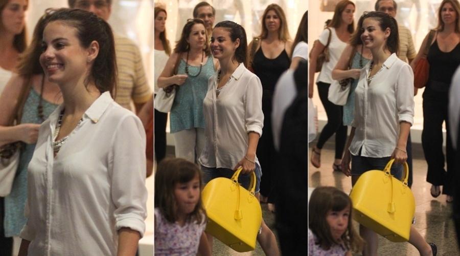 28.dez.2012 - Sthefany Brito passeou em um shopping da zona oeste do Rio