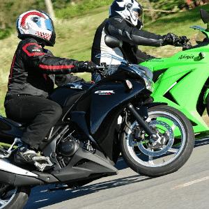 A disputa entre mini-esportivas de 250 cc, como Honda CBR 250R (preta) e Kawasaki Ninja 250, marcou o ano - Doni Castilho/Infomoto