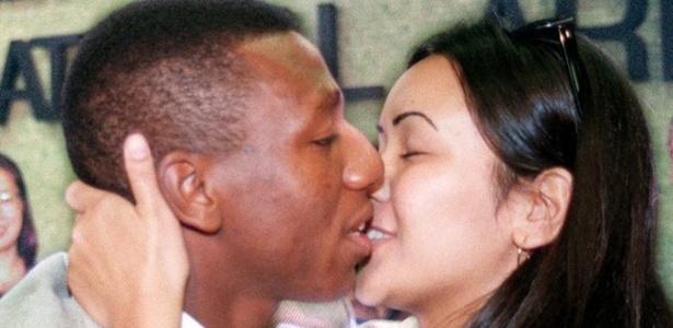 Amaral se despede com beijos da então namorada Juliana, na década de 90, no aeroporto de Guarulhos