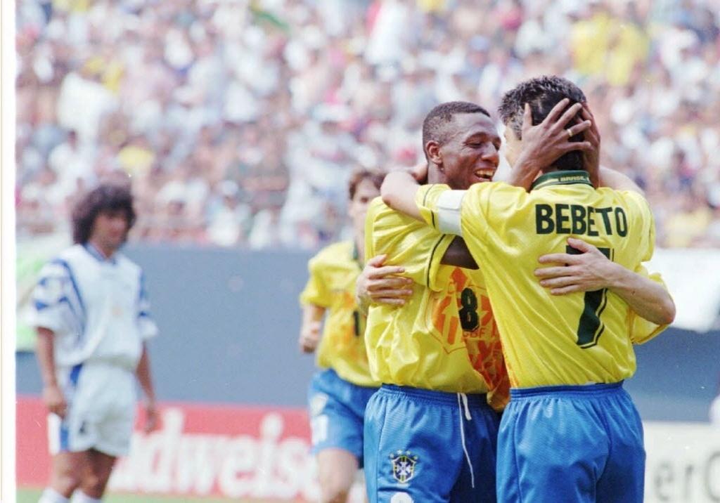 Bebeto e Amaral comemoram gol da seleção em jogo disputado em 1996