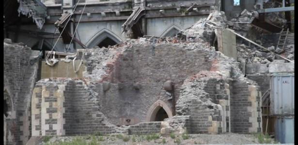 A catedral de Christchurch, arrasada por um terremoto em 2011, será substituída por uma igreja de papelão - Reprodução BBC