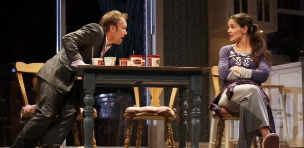 """Katie Holmes contracena com Norbert Leo Butz  na peça """"Dead Accounts"""" - AP"""