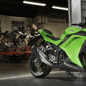 Kawasaki reagiu e lançou a Ninja 300, pequena esportiva com receitas de motos grandes - Divulgação