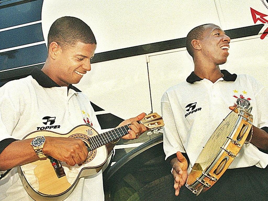 Marcelinho Carioca e Amaral fazem samba antes de seguirem para Atibaia, onde o Corinthians realizaria treinamentos