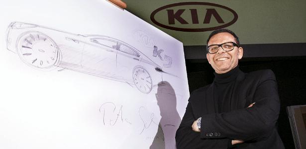 Peter Schreyer, designer-estrela e agora presidente da Kia, posa com esboço do sedã Quoris (K9 na Coreia) - Newsis/Reuters