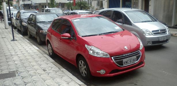 Peugeot 208 vermelho, visto completamente limpo, em rua de Serra Negra, no interior de São Paulo - Murilo Freitas De Santi/UOL