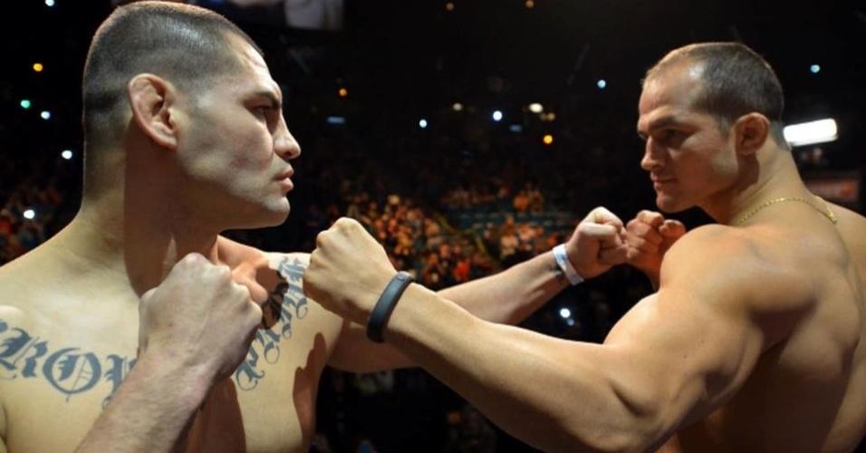 28.dez.2012 - Cigano e Velasquez se encaram na pesagem do UFC 155