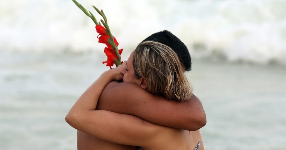 29.dez.2012 - Cariocas Participam de homenagem à Iemanjá, em Copacabana, no Rio de Janeiro, neste sábado (29)