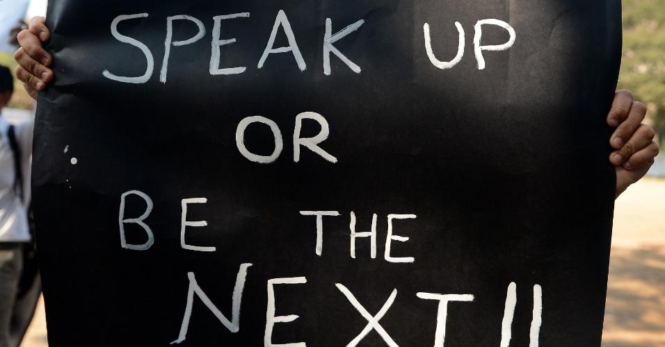 """29.dez.2012 - Faixa onde se lê """"fale ou seja a próxima"""" é exibida durante um protesto pacífico em Mumbai, na Índia, contra a violência sexual no país, após morte de uma estudante de medicina. A universitária de 23 anos morreu na noite desta sexta-feira (28) em um hospital de Cingapura, onde estava internada. Seis homens estupraram a jovem no último dia 16, quando ela seguia viagem em um ônibus. Ela foi jogada pelos agressores do ônibus em movimento"""
