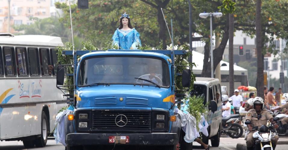 29.dez.2012 - Imagem de Iemanjá em carreata em Copacabana, no Rio de Janeiro. Cerca de 3.000 pessoas participaram neste sábado (29) da tradicional cerimônia em homenagem à Iemanjá, que terminou na praia de Copacabana