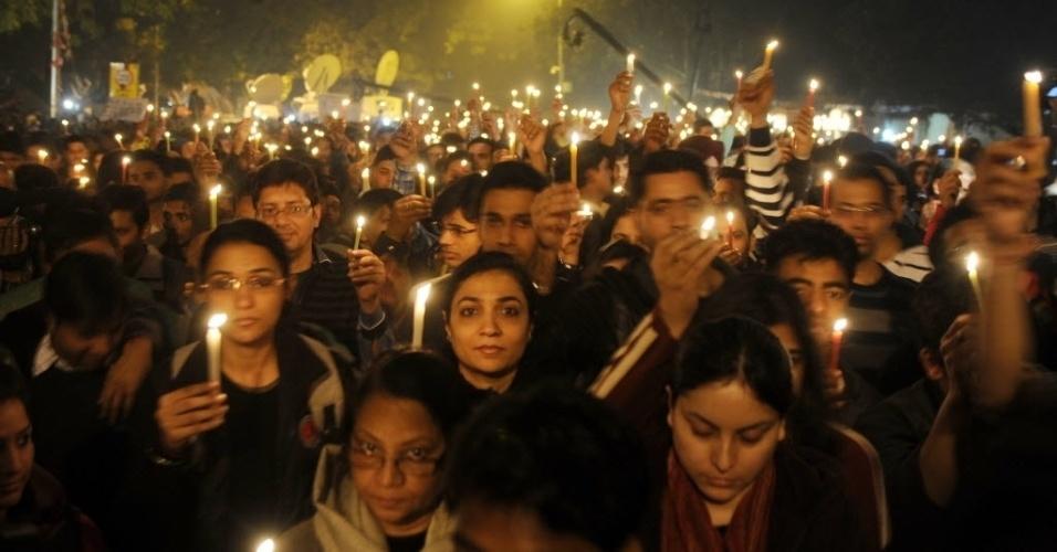 29.dez.2012 - Indianos  seguram velas  em protesto pacífico em Nova Déli, na Índia, contra a violência sexual, que tem altos índices no país. Os manifestantes também defendem medidas de proteção e segurança para as mulheres. A manifestação ocorreu após a morte da  estudante indiana vítima de estupro coletivo. A  jovem de 23 anos morreu na sexta-feira (28)