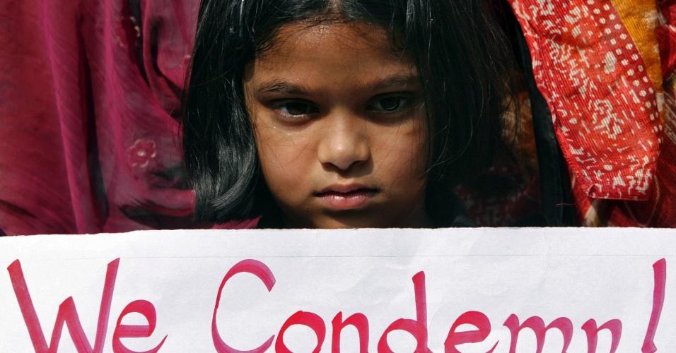"""29.dez.2012 - Menina segura um cartaz onde se lê """"nós condenamos"""" durante um protesto em Hyderabad, na Índia, pedindo mais segurança contra a violência sexual, após a morte da estudante vítima de um estupro coletivo em Nova Déli. A universitária de 23 anos morreu na noite desta sexta-feira (28) em um hospital de Cingapura, onde estava internada. Seis homens estupraram a jovem no último dia 16, quando ela seguia viagem em um ônibus. Ela foi jogada pelos agressores do ônibus em movimento"""