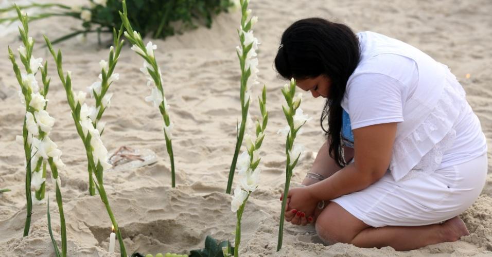 29.dez.2012 - Mulher presta homenagem à Iemanjá, em Copacabana, no Rio de Janeiro, neste sábado (29)