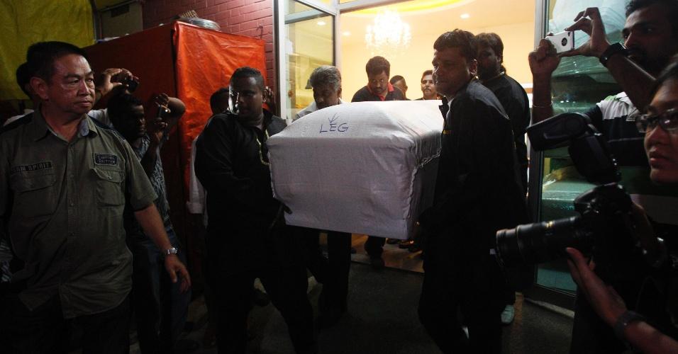 29.dez.2012-  Caixão com o corpo da estudante indiana que foi vítima de um estupro coletivo em Nova Déli, deixa a funerária em Cingapura, onde ela ficou internada. O caixão será levado ao aeroporto para retornar ao país de origem da universitária