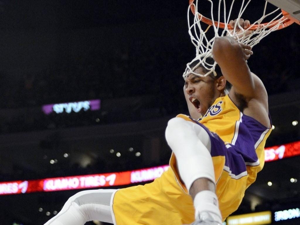 Darius Morris enterra na vitória dos Lakers sobre os TrailBlazers