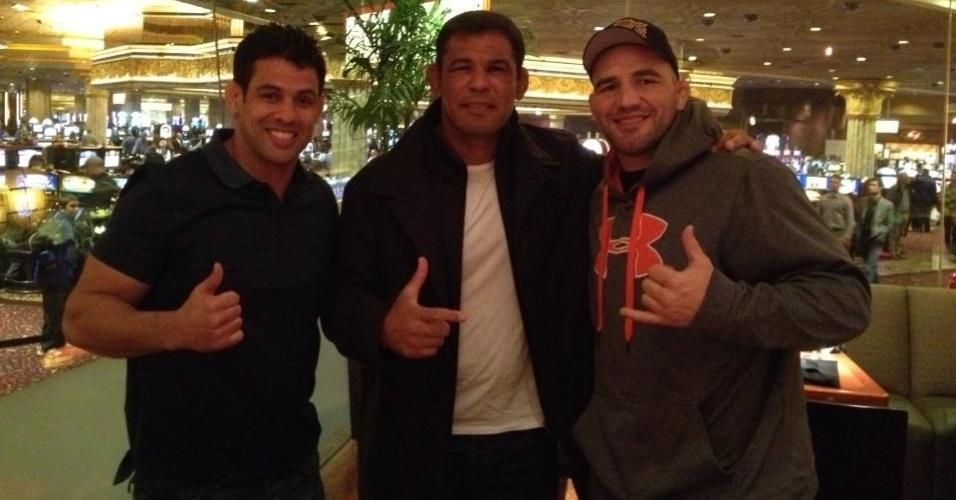 Os lutadores Minotauro (centro) e Glover Teixeira (direita) marcam presença em Las Vegas para apoiar Jr. Cigano