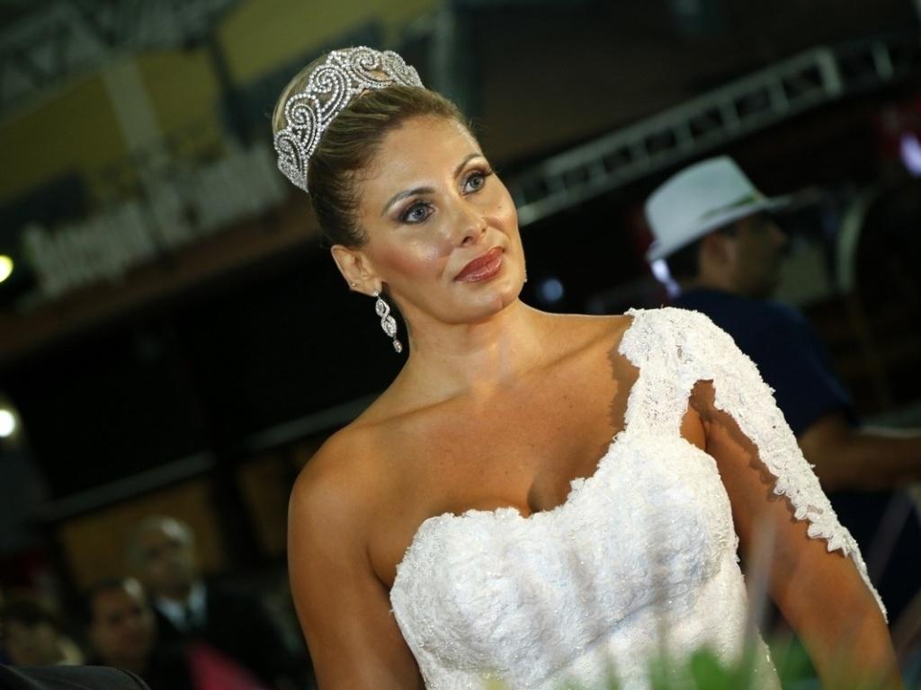 29.dez.2012 - Ângela Bismarchi posa para foto durante casamento no Rio