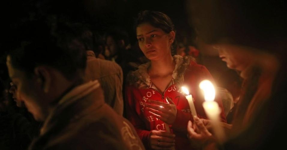 30.dez.2012 - Em ato na capital do país, garota carrega vela para apoiar medidas mais duras contra estupradores na Índia