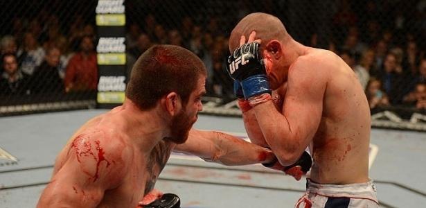 Jim Miller acerta a cintura de Joe Lauzon durante épico combate no UFC 155