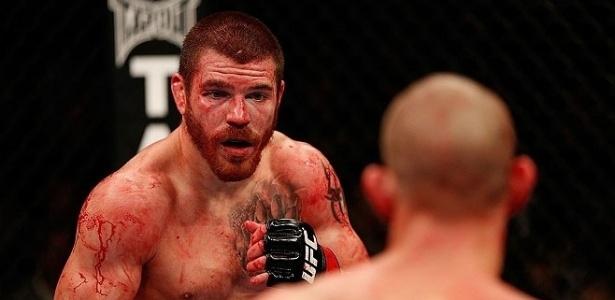 Jim Miller, ensanguentado, durante o combate em que venceu Joe Lauzon no UFC 155