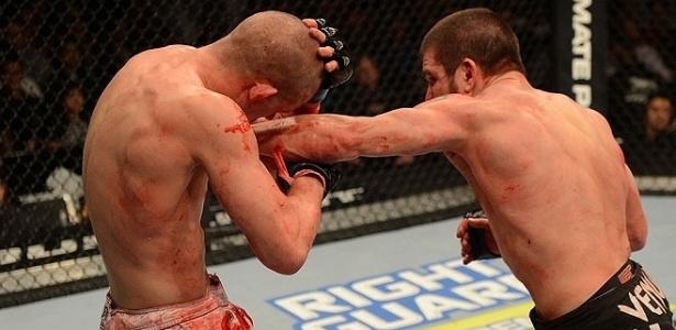 Joe Lauzon fica cheio de sangue até no calção ao ser derrotado por Jim Miller no UFC 155