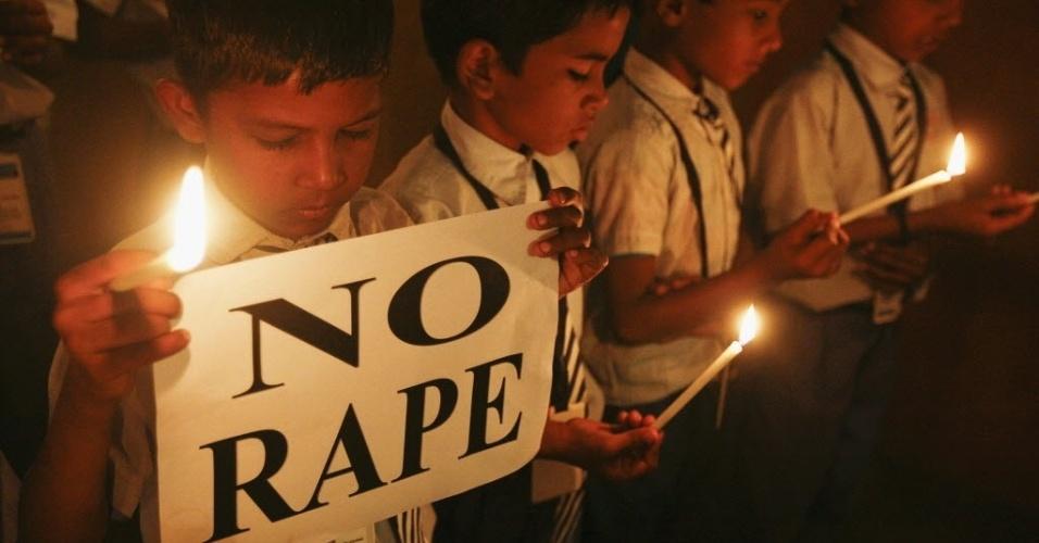 31.dez.2012 - Estudantes seguram velas em vigília de protesto pelo estupro coletivo em Nova Déli