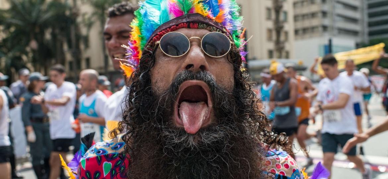 Homem usa cocar de índio nas ruas de São Paulo - YASUYOSHI CHIBA/AFP