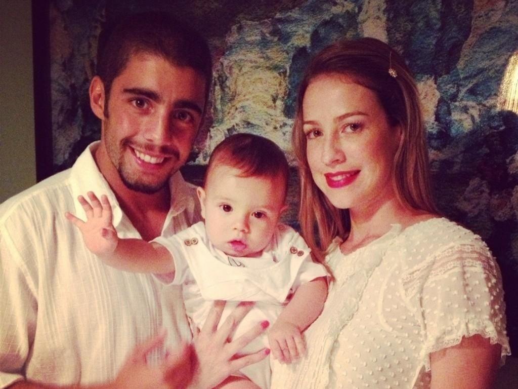 31.dez.2012 Luana Piovani e Pedro Scooby postaram a foto do casal com o filho, Dom.