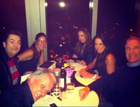 31.dez.2012 Roberto Justus (dir) postou foto de um jantar ao lado dos apresentadores Faustão e Otávio Mesquita. Os três estavam acompanhados das mulheres, Luciana, Mel e Ticiane Pinheiro.