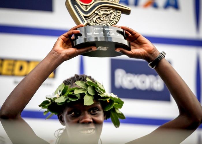 A queniana Maurine Kipchumba recebe o troféu de campeã da São Silvestre 2012
