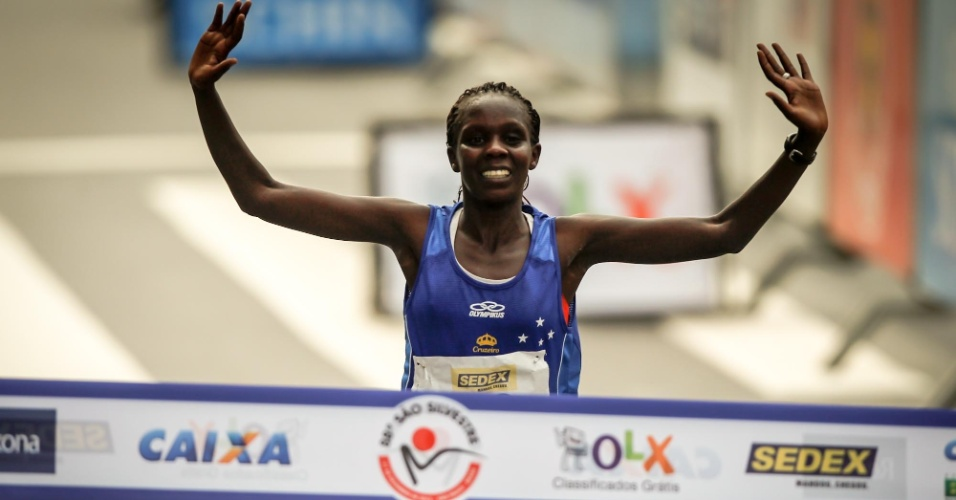 31.dez.2012 - A queniana Maurine Kipchumba ultrapassa a linha de chegada e é a campeã da 88ª Corrida de São Silvestre
