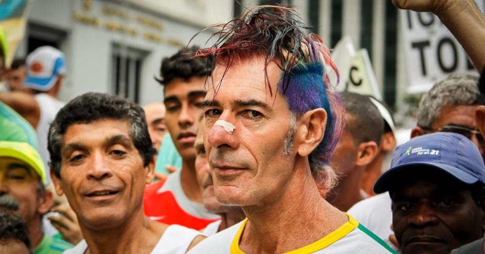 """A São Silvestre é sempre marcada por participantes """"alternativos"""", como esse atleta de cabelos pintados"""