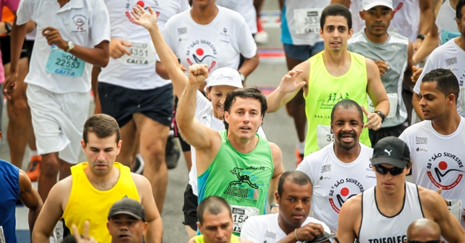 31.dez.2012 - Atleta amador acena após largar na São Silvestre
