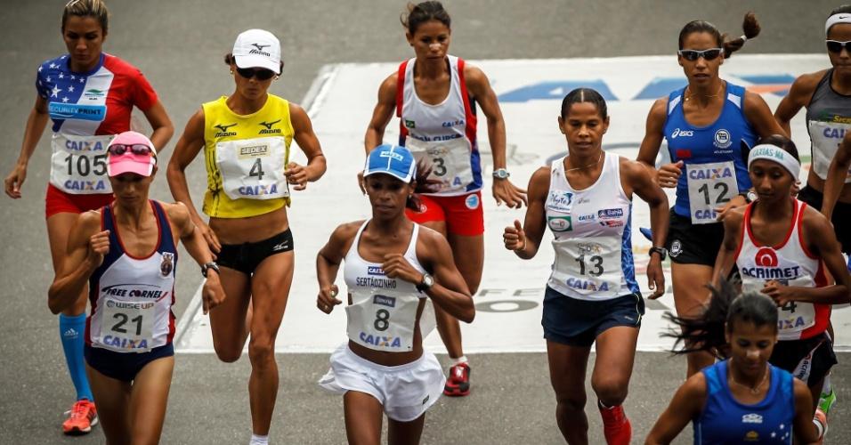 31.dez.2012 - Atletas da elite feminina são as primeiras a largar na São Silvestre 2012