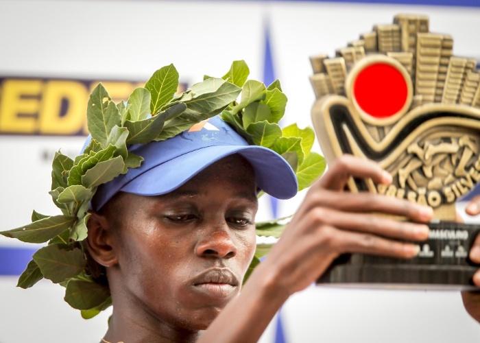 Edwin Kipsang, do Quênia, recebe o troféu de campeão da São Silvestre 2012