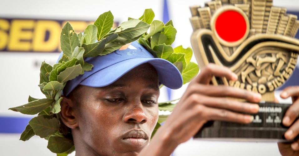 31.dez.2012 - Edwin Kipsang, do Quênia, recebe o troféu de campeão da São Silvestre 2012